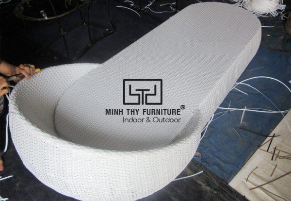 Cách đan ghế hồ bơi hình chiếc dép tại xưởng Minh Thy