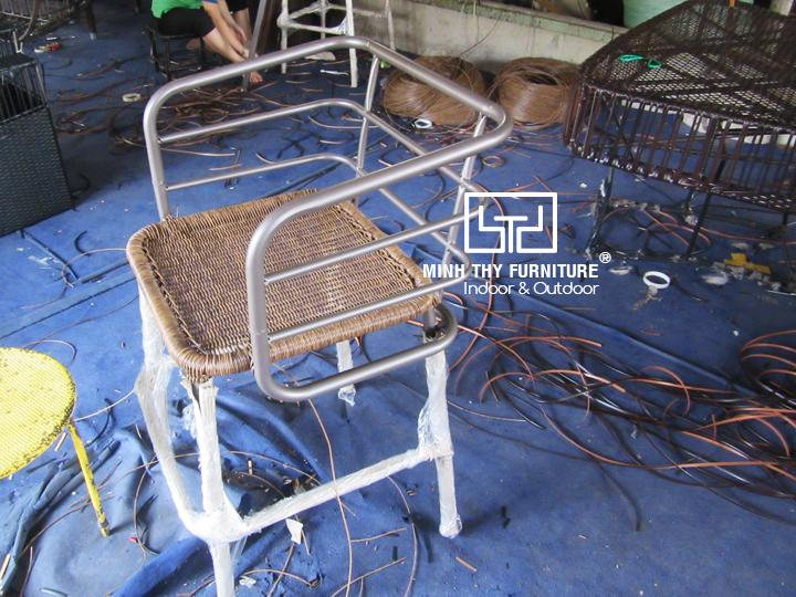 Khám phá cách đan ghế quầy bar mây nhựa ngoài trời tại xưởng đan mẫu của Minh Thy Furniture