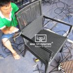 Chi tiết công việc đan thủ công ghế café mây nhựa tại xưởng sản xuất Nội thất Minh Thy