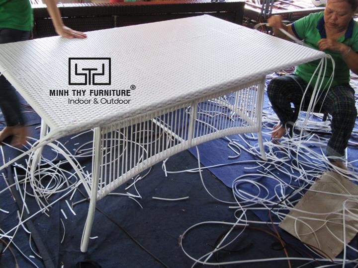 Tốn bao nhiều thời gian để đan hoàn thành sản phẩm bàn ăn nhựa giả mây