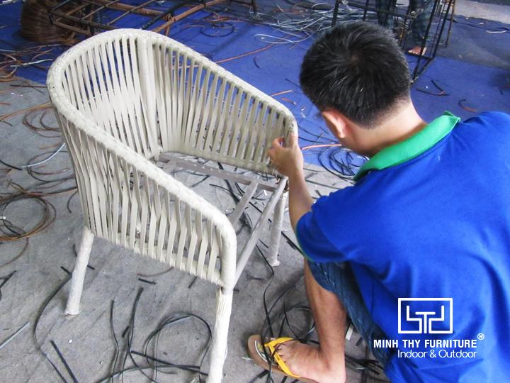Tìm hiểucách người thợđan ghế cafe giả mây tại xưởng Nội thất Minh Thy