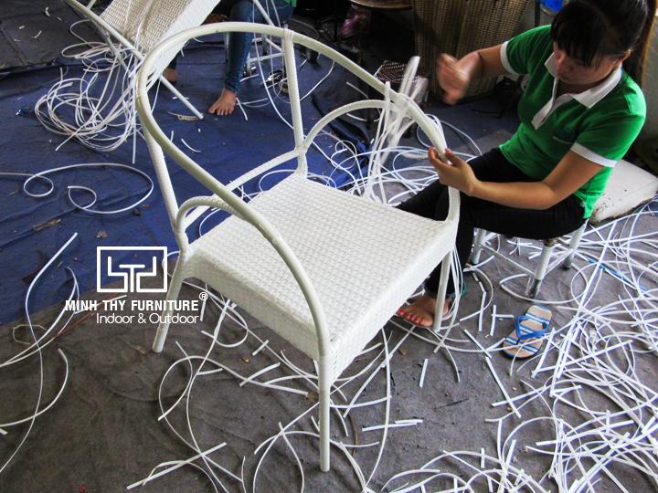 Chi tiết về kiểu đan hình hoa mai trên ghế cafe nhựa giả mây