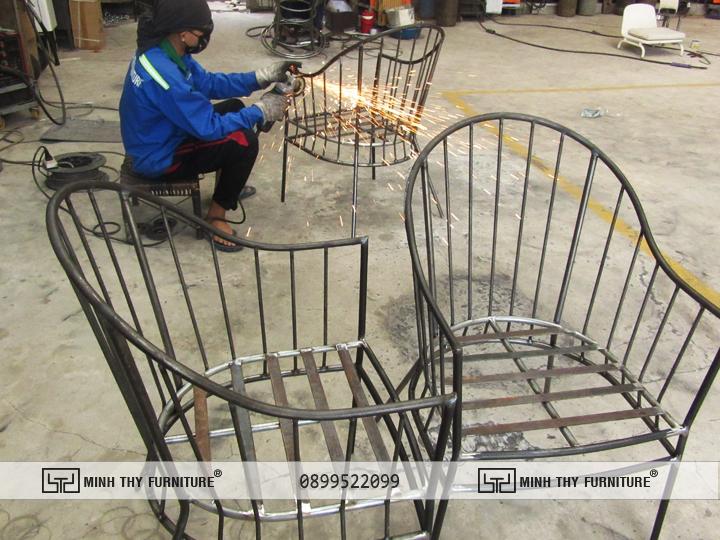 Quá trình sản xuất ghế sắt ngoài trời.